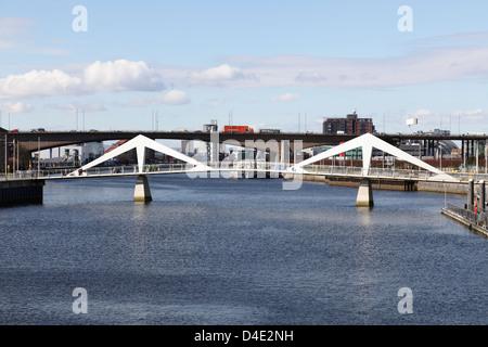 Vue Ouest de la Tradeston / Squiggly passerelle pour piétons sur la rivière Clyde et Kingston Bridge en arrière Banque D'Images