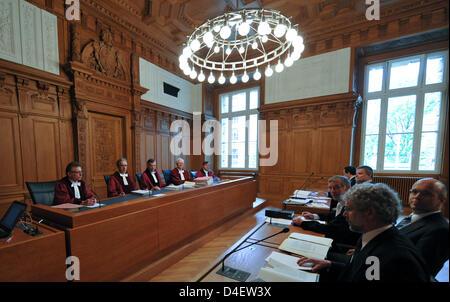 Plusieurs avocats (R) s'asseoir devant les juges du Tribunal administratif fédéral de Leipzig, Allemagne, 21 mai Banque D'Images