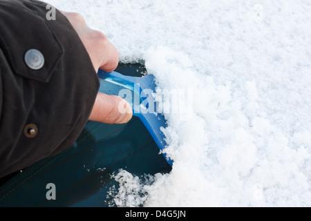 Grattoir à glace pare-brise de la compensation après de fortes chutes de neige pour la conduite sécuritaire en hiver Banque D'Images
