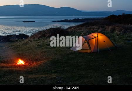 Nylon aigu tente dressée pour les locations de camping près de la plage et la côte Banque D'Images