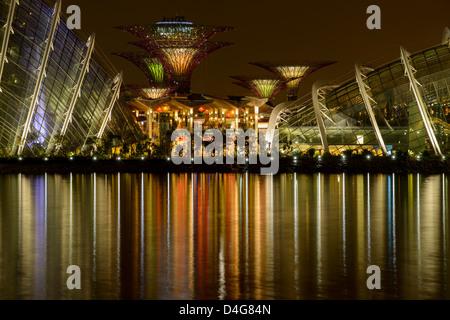Supertrees et dômes dans des jardins à la baie de nuit, à Singapour, en Asie du sud-est Banque D'Images
