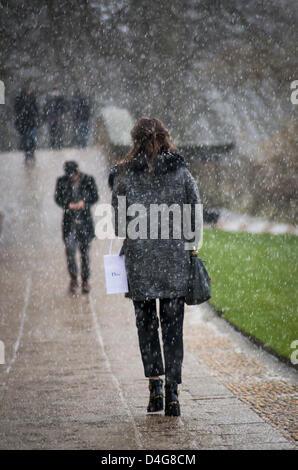 Cambridge, UK. 13 mars 2013. Aujourd'hui Cambridge a vu la neige et le soleil . Les gens comme la neige commence Banque D'Images