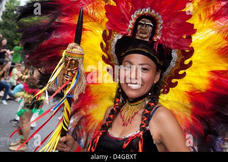 Berlin, Allemagne, la femme à plumes sur le Carnaval des Cultures Banque D'Images