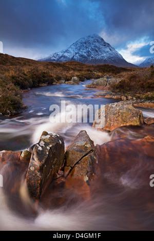 Ruisseau Highland par Buachaille Etive Rannoch Moor vers la montagne, de l'Écosse. Mor L'automne (novembre) 2012. Banque D'Images