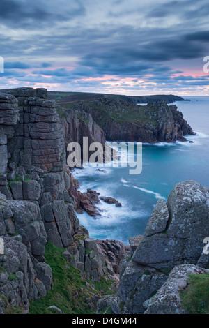 De magnifiques falaises de granit de Pordenack Point, Land's End, Cornwall, Angleterre. Hiver (décembre) 2012. Banque D'Images