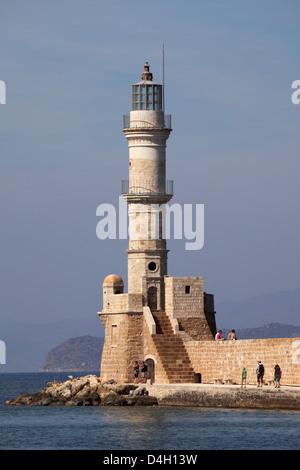 Le port d'époque vénitienne murs et phare de la Méditerranée port de Chania (CCANE), Crète, îles grecques, Grèce Banque D'Images