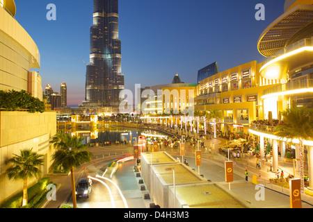 Burj Khalifa et le Dubai Mall au crépuscule, Dubaï, Émirats arabes unis, Moyen Orient Banque D'Images