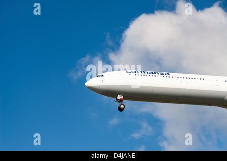 Avion de Lufthansa Airbus A340 - 600 approche de l'Aéroport International de Vancouver Banque D'Images