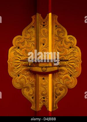 Détail de la porte d'entrée, sanctuaire Shinto Tokyo, Japon. Remarque Le caractère distinctif et typique et le cadenas Banque D'Images
