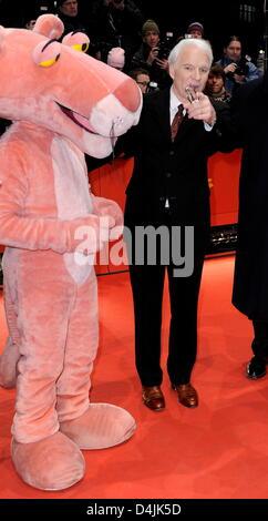 L'acteur américain Steve Martin (R) et l'arrivée de la Panthère rose pour la première du film?Pink Panther 2? Banque D'Images