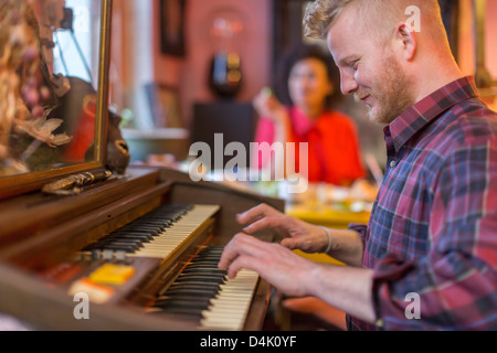 Smiling man with organ Banque D'Images