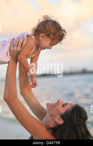 Mère et enfant fille on beach Banque D'Images