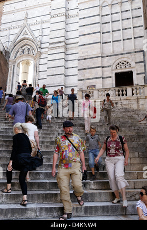 Sienne, Italie, les touristes en face de la Cathédrale de Sienne Banque D'Images