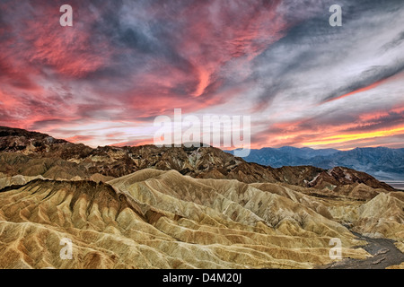 Coucher de soleil spectaculaire se développe avec le Golden Canyon de Zabriskie Point et California's Death Valley Banque D'Images