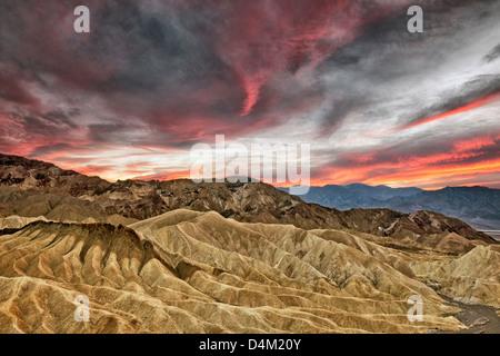 Coucher de soleil spectaculaire se développe avec le Golden Canyon de Zabriskie Point et California's Death Valley National Park. Banque D'Images