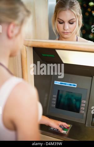 Femme à l'aide du clavier sur ATM