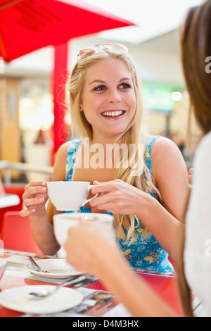 Les femmes ayant au café sidewalk cafe Banque D'Images