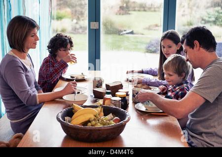 Famille en train de dîner ensemble à table Banque D'Images
