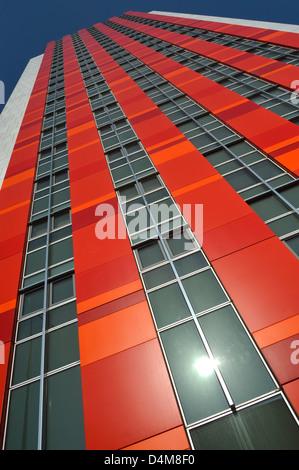 Des tours d'habitation de l'immeuble avec mur rideau façade bardage coloré reflétant le soleil Banque D'Images