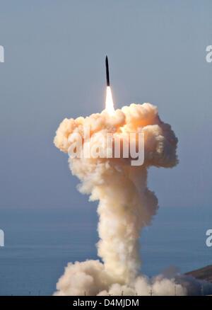 Une défense antimissile basée au sol se lance dans le cadre d'un test le 5 décembre 2008 de la Vandenberg Air Force Banque D'Images