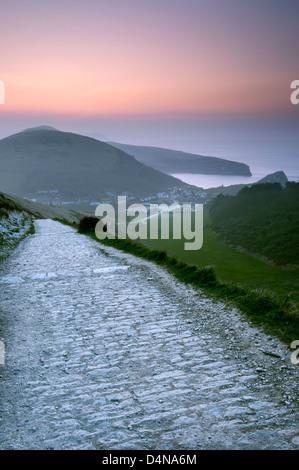 Vue vers l'anse de Lulworth Hambury tout à l'aube, Dorset. Banque D'Images