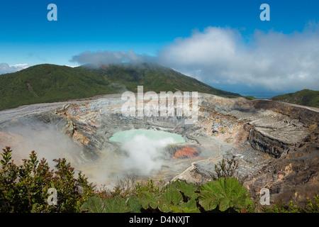 Vue de la jante sur le cratère du volcan Poas au Costa Rica sur une journée ensoleillée avec quelques nuages tout Banque D'Images
