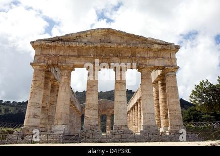 Vue avant du grec ancien temple de Vénus dans le village de Ségeste, en Sicile, Italie Banque D'Images