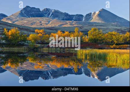 Reflet de Rondslottet mountain. Parc national de Rondane, Norvège, Europe Banque D'Images