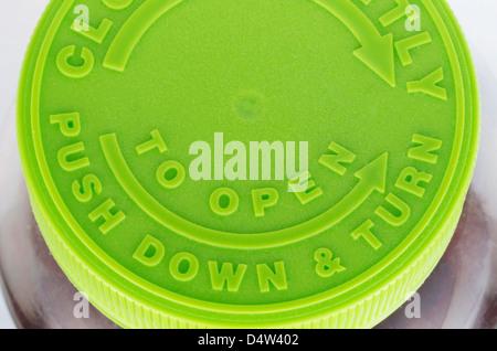 Haut d'une torsion au large du cap vert pour une bouteille de pilules brun. Comprend les flèches et le libellé, Banque D'Images