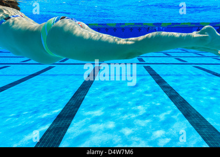 Pregnant woman swimming in pool Banque D'Images