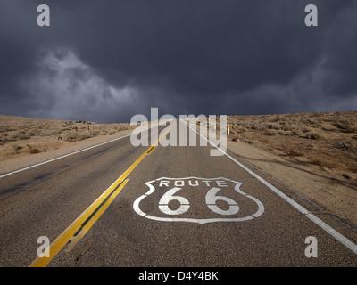 L'historique Route 66 ciel tempête dans le désert de Mojave en Californie. Banque D'Images