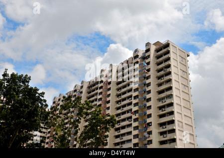 Apartment Building ciel bleu clair Banque D'Images