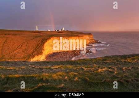Arc-en-ciel sur Nash Point au coucher du soleil. La côte du Glamorgan. Vale of Glamorgan. Le Pays de Galles. UK. Banque D'Images