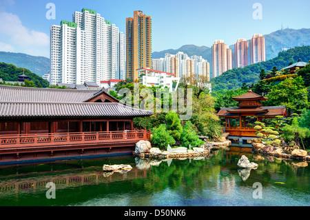 Étang et la ville vue de Nan Lian Garden à Hong Kong, Chine. Banque D'Images