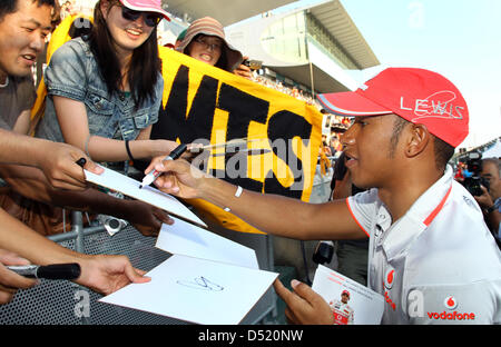 Lewis Hamilton signe des autographes pour les fans de Formule 1 at ... 2447044e0