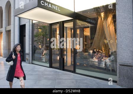 L extérieur du magasin Chanel et vitrines illuminées la nuit sur la ... a42848fcb4d