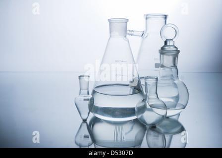 Verrerie de laboratoire sur fond blanc Banque D'Images