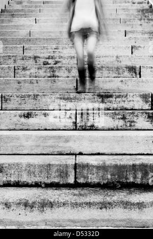 Jeune fille courir vers le bas dans les escaliers