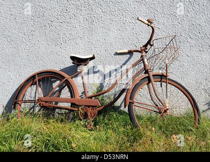 Rusty location avec Bell et panier s'appuie sur mur de la Virginie de l'Ouest, USA, vieux vélo s'appuie contre le Banque D'Images