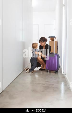Mère de retour de voyage d'affaires Banque D'Images