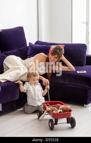 Mère et fils relaxing in living room Banque D'Images