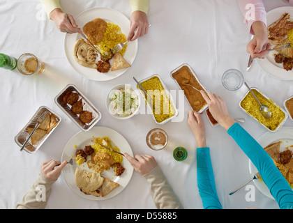 Vue aérienne de personnes à table Banque D'Images