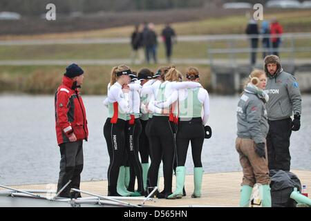 Eton Dorney, UK. Le 24 mars 2013. L'équipage de Cambridge, les larmes aux yeux, la jetée à Dorney Lake, Eton, après Banque D'Images
