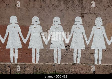 Poupée en papier graffiti dans une rue publique - Rome Banque D'Images