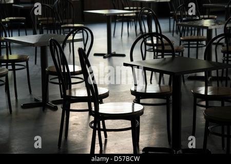 Des tables et des chaises dans une cafétéria. La lumière provenant de la fenêtre. Banque D'Images