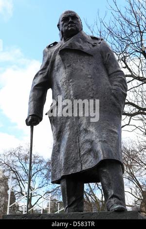 Statue de Sir Winston Churchill (1874 - 1965) à Londres, en Angleterre. Banque D'Images