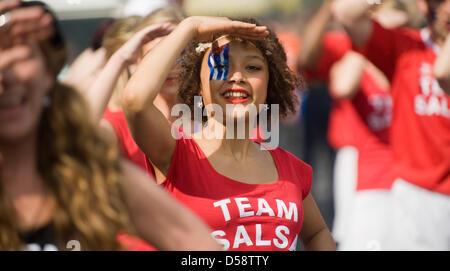 """Danseurs de 'Amistad Salsera"""" pendant le 15ème carnaval des cultures à Berlin, Allemagne, 23 mai 2010. Des centaines Banque D'Images"""