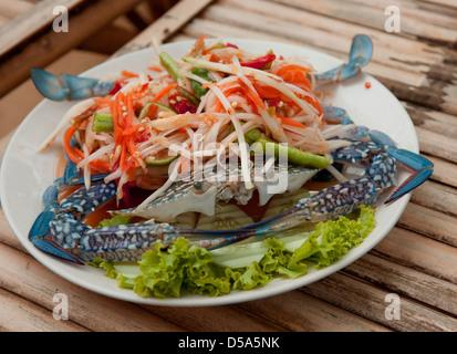 Salade de fruits de mer Thaïlande coloré avec du crabe bleu entier et légumes pris au restaurant de fruits de mer Banque D'Images