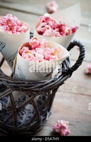 Chocolat rose pop corn dans les cônes de papier Banque D'Images