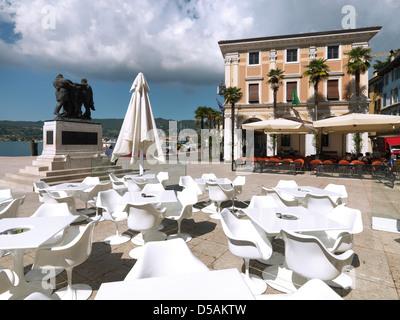 Salo, Italie, Piazza della Vittoria avec War Memorial, restaurants et à droite de l'Palazzo del Podesta